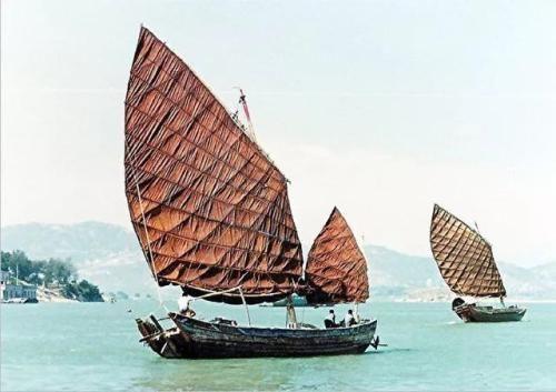 20世纪80年代初,鹭江上行驶的木帆船   (图源:影像厦门)