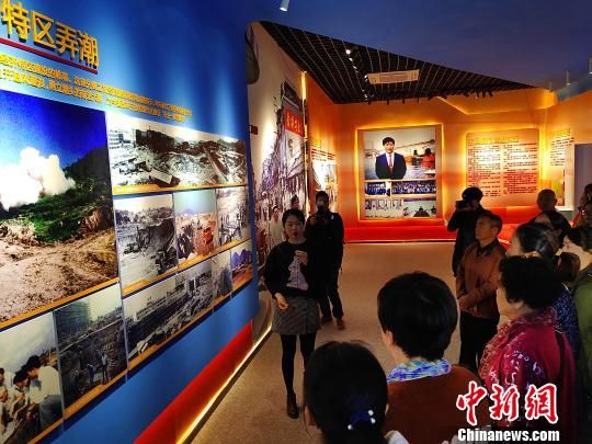 工作人员向首批观展者一一介绍珍贵历史照片背后的故事。 杨伏山 摄
