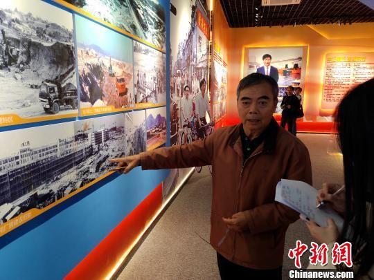 第一批厦门经济特区建设者代表向记者回忆当年投身湖里建设的历史。 杨伏山 摄