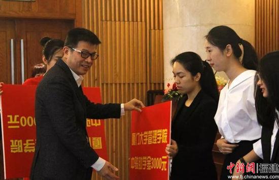 黄朝阳先生为中骏助学金获得者颁发助学金