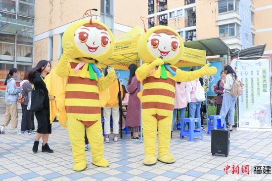 1.小黄衫正在唱童谣并宣传活动。罗钰龙 摄