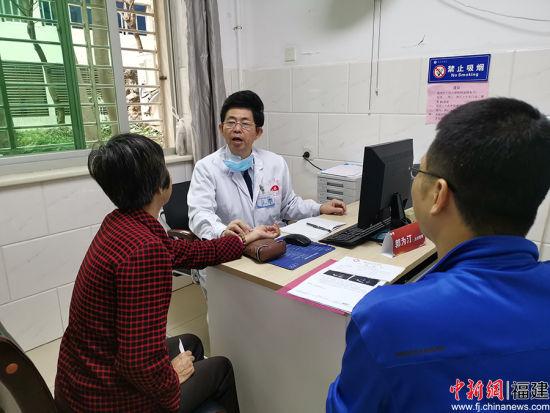 国家级名老中医郭为汀在为患者服务。 牛效礼 摄