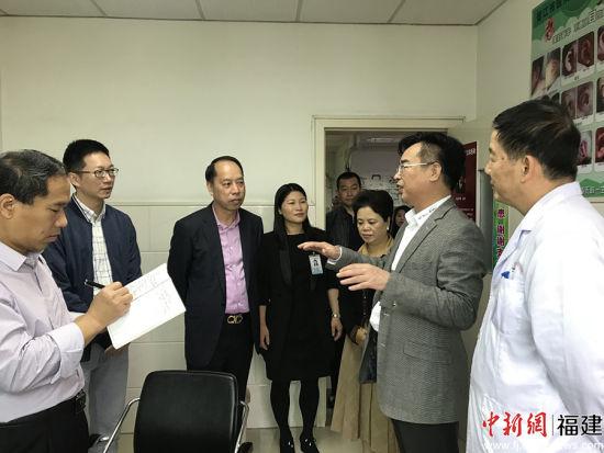 晋江市健康协会、晋江市医院、树兰医疗集团相关领导看望前来义诊的名医专家,对他们的服务表示感谢。 牛效礼 摄