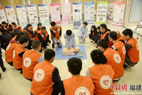 晋江市医院急救技能培训团队为晋江市行政执法局执法人员做急救技能培训,图为培训现场。