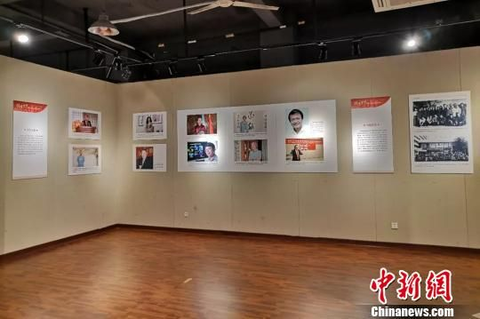 """""""铸梦中华——泉籍华侨华人与改革开放四十年图片展""""展出了150多张珍贵的历史图片。(泉州侨联 供图) 钟欣 摄"""