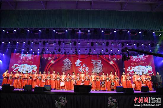 泉州聚龙外国语学校15对新人一起经历中式婚礼仪式。_副本