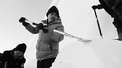 雪雕师胡守双正在精细打磨作品《领航》上的祥云图案。