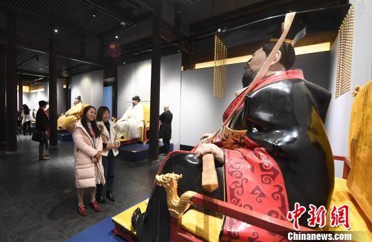 本次展览以著名雕塑家、中央美院雕塑系教授田世信的大型脱胎漆艺雕塑《王者之尊》作为主展品。 记者刘可耕 摄