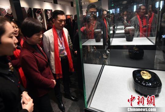 此次展览吸引了来自澳门网上博彩娱乐官网、美国、德国、法国、澳大利亚、日本等9个国家及地区的180多名艺术家、近300件作品参展。 记者刘可耕 摄
