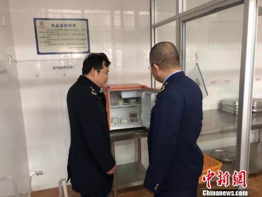 闽侯县市场监管局工作人员正在幼儿园食堂食品仓库检查。供图