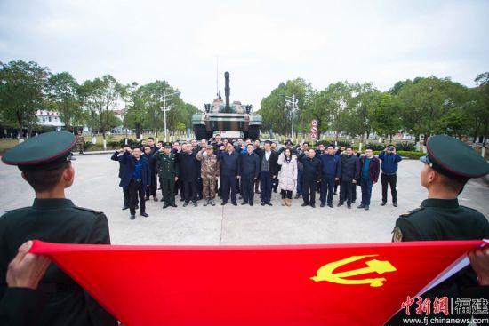面对鲜红的党旗,在场的所有党员庄重的举起右手,重温入党誓词。李南轩 摄