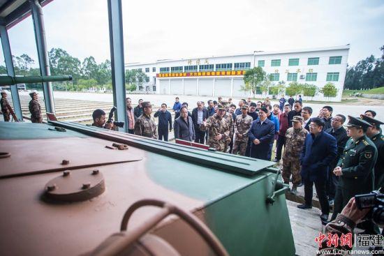 参观体验器装备,令不少参观人员兴致勃发。李南轩 摄