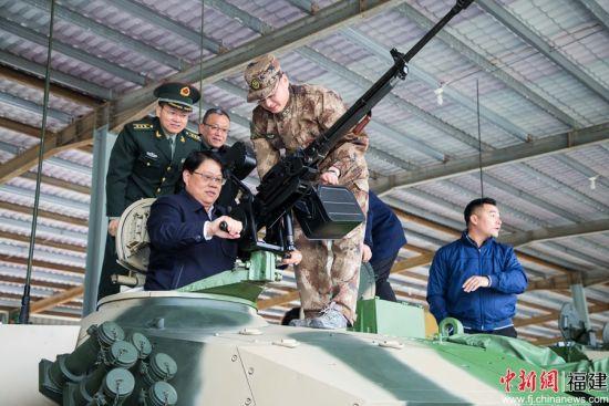 5、图为参观人员正在体验坦克装备。.jpg