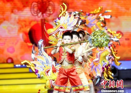 图为《小小山哈闹龙灯》舞蹈表演。 吕明 摄