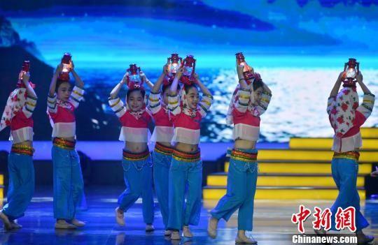 图为《灯儿趣》舞蹈表演。 吕明 摄