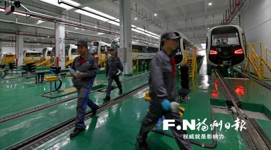 地铁2号线车辆已到位24列。记者 杨勇摄