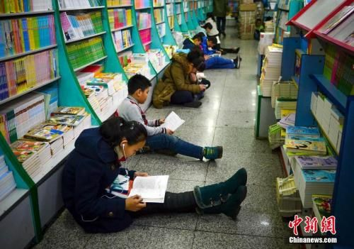 学生们在图书馆里阅读 资料图 图文无关 刘新 摄
