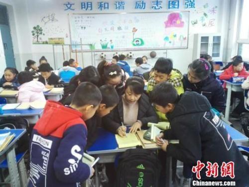 老师为孩子辅导做 资料图 图文无关 钟欣 摄