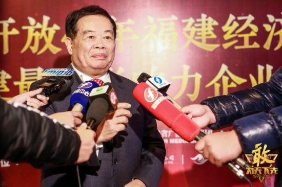 福耀玻璃工业集团董事长曹德旺在现场接受媒体采访。左辉摄