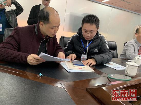 普查员与普查对象财务进行资料核对。东南网记者 郑晓丹 摄