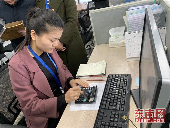 普查对象的财务人员进行数据核算。东南网记者 郑晓丹 摄