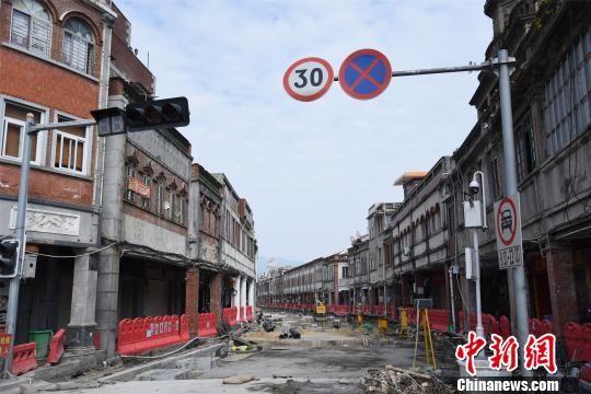 """目前,中山路打锡街至涂门街段保护提升工程正如火如荼开展,工程遵循""""修旧如旧""""原则。 陈龙山 摄"""