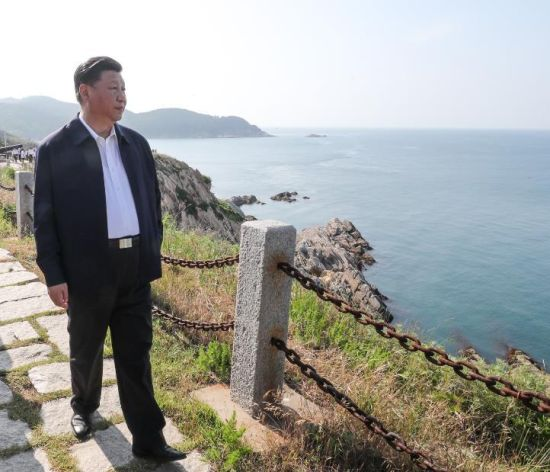 2018年6月12日,习近平在山东胶东(威海)党性教育基地刘公岛教学区察看北洋海军炮台遗址。新华社记者 谢环驰 摄