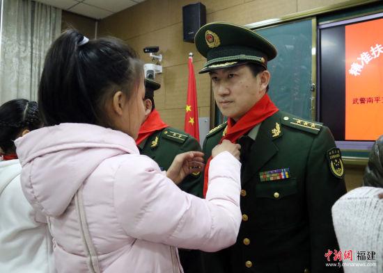 学生代表为武警叔叔献上红领巾。武警南平支队供图