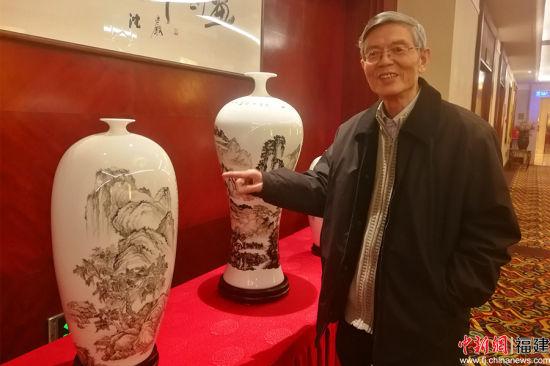 沈岩先生介绍展出的陶瓷山水画作品。