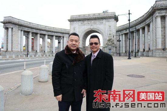 美国澳门正规赌博网站大全侨联总会主席陈键榕(左)与美国长乐菊潭同乡会主席王永应(右)合影。