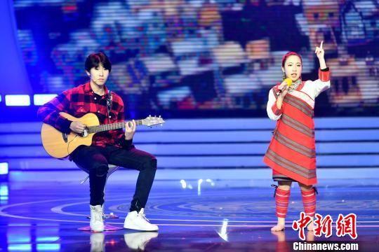 图为澳门真人博彩娱乐官网土生土长15岁音乐天才少年罗维与台湾泰雅族女孩杨迦恩一起现场合唱歌曲。 吕明 摄