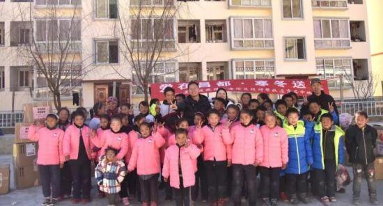 澳门正规赌博网站大全省第八批援藏工作队与林卡乡学生合影图片来源:厦门援藏