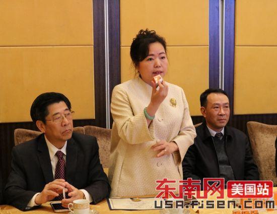 纽约布鲁克林区长亚当斯代表郑祺蓉讲话。