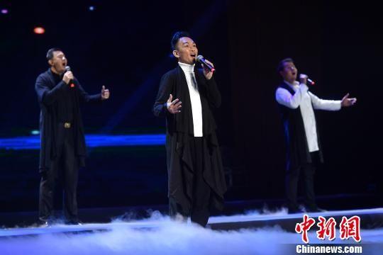 图为演员演唱歌曲《心在哪里》。 吕明 摄