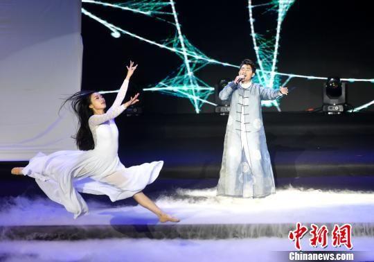 图为演员演唱歌曲《烟雨漫》。 吕明 摄