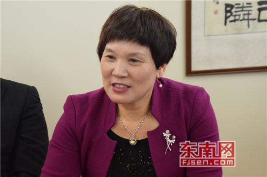福建日报社东南网海外部主任王艳玲讲话。