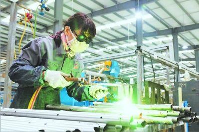 品琦公司里的工人们在进行焊接作业。