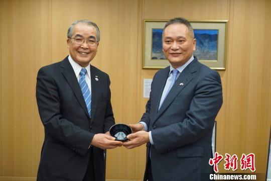 林文清会长(右)向中村知事赠送东张黑釉黄檗盏。 孙秀莲 摄
