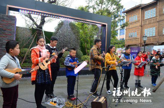 学生在进行尤克里里表演。