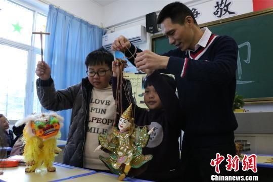 """学生们学习和了解""""非遗""""文化,感受闽南文化的魅力。 陈龙山 摄"""