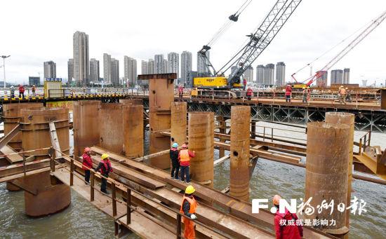 春节假期,道庆洲大桥工地仍是热火朝天的施工景象。