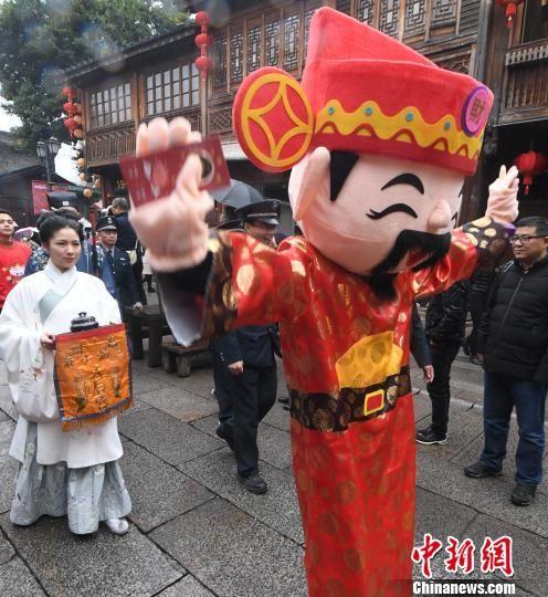 财神人偶向民众送祝福。 记者刘可耕 摄