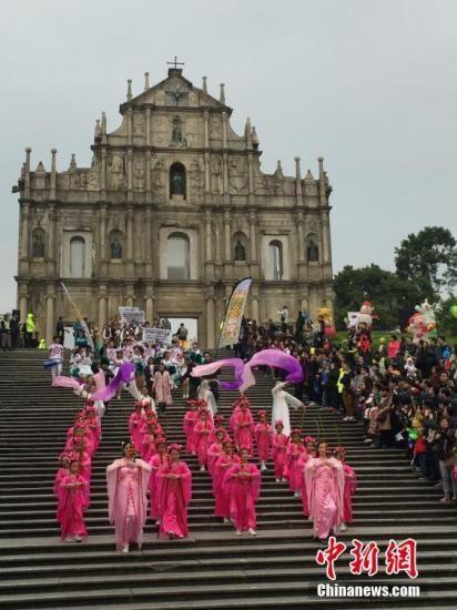 资料图:澳门国际幻彩大巡游在大三巴牌坊开幕。中新社记者 龙土有 摄