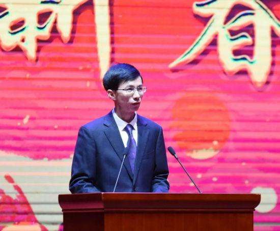 陈厦生代表县各套班子向全县40万人民致以新春的问候和美好的祝福。