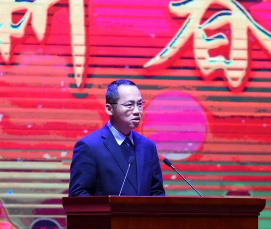 县委副书记、县长廖卓文主持团拜会。