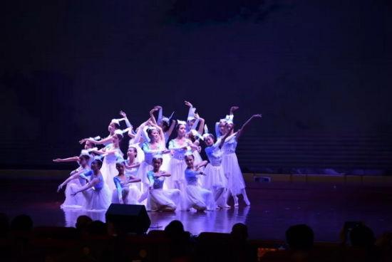 舞蹈《千鹭竞飞》中,青年演员们犹如千鹭湖湿地公园的精灵,与白鹭一起翩翩起舞。