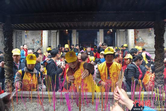"""连日来,络驿不绝的谒祖进香团队和""""妈祖爱•元宵长""""等系列民俗文化活动,为这个春节增添了热闹喜庆的氛围。徐国荣 摄"""
