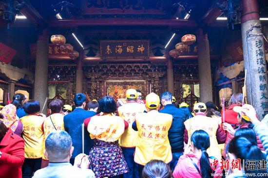 据了解,4600多人的进香团,是近年春节期间大陆单个进香团赴湄洲谒祖进香人数最多的一次。徐国荣 摄