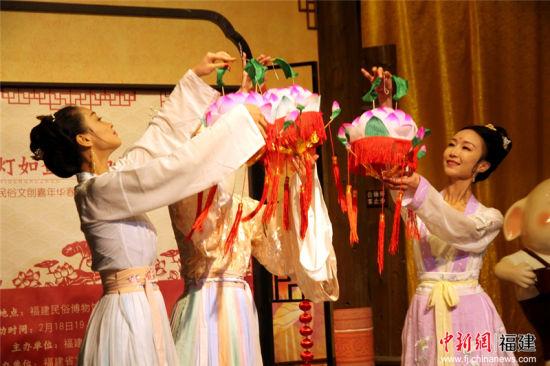 活动现场,以开放式互动市集的形式开展,融入传统手工艺展示与汉服表演,还原古代元宵节灯市场景。王锟 摄