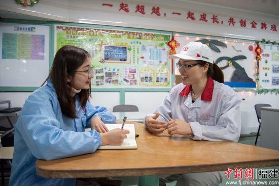 全国五一巾帼标兵岳凤平接受中新网记者采访。 谢帝谣 摄
